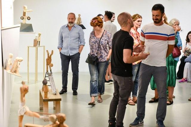 Izložba Marka Crnobrnje: O vaspitanju i roditeljstvu kroz skulpture