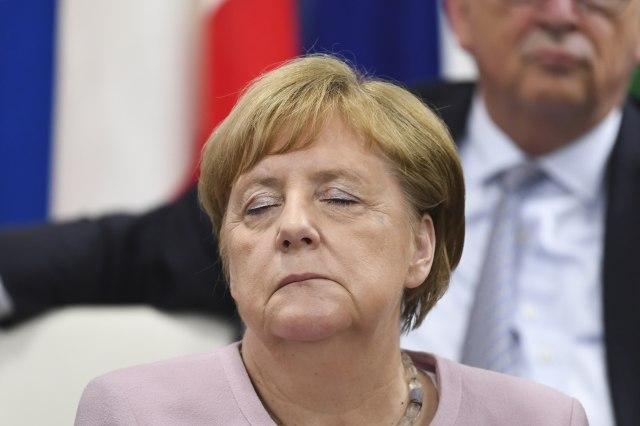 """Drhtanje pokrenulo debatu: Kada Merkelova treba da """"preda štafetu""""?"""