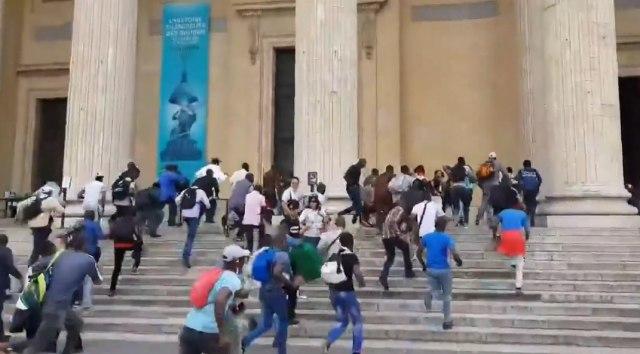 Pariz: Migranti pohrlili na Panteon, traže ista prava kao Francuzi VIDEO