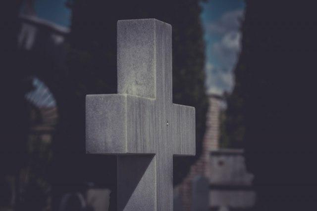 Uništeno više od 20 nadgrobnih spomenika u Lipljanu