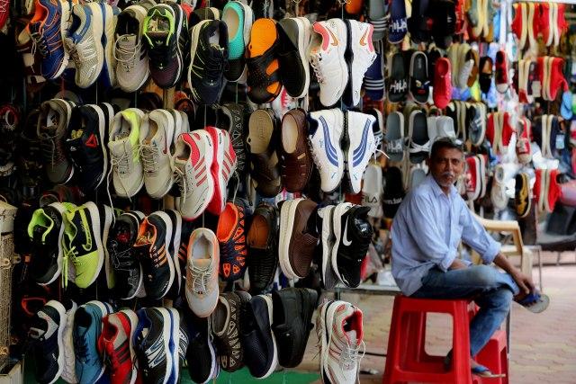 Prodavnica patika u Indiji FOTO: EPA/SANJEEV GUPTA