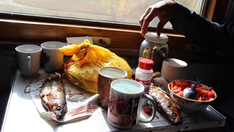 Obrok u vozu Transibirske železnice/Branka Babić Karajica