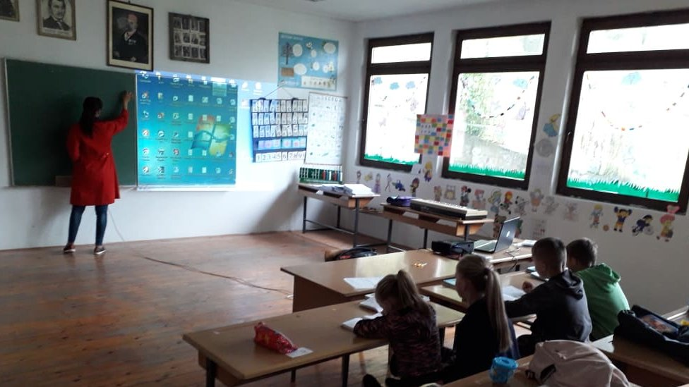 Nastava se često drži uz pomoć projektora, a negde je i dalje grafoskop u upotrebi/Emina Redžović Čokić
