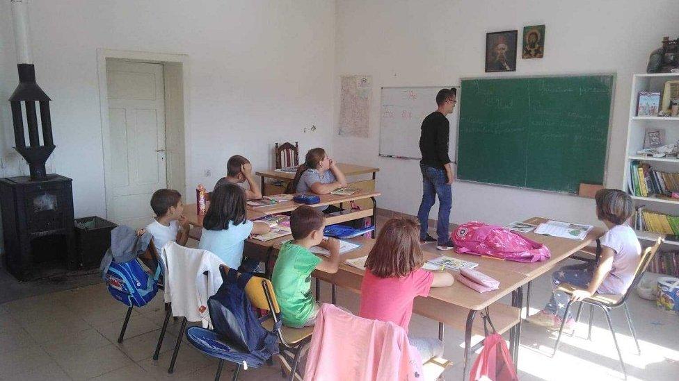 U učionici u školi u Tovrljanima se greju na peć na drva/Marko Čikarić