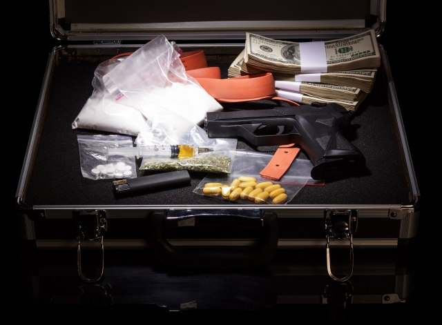 MUP: U stanu u Beogradu krio puške, pištolje, municiju i drogu