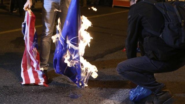 """Napolje SAD, NATO i njihove baze"" i okrvavljena grčka zastava FOTO/VIDEO"