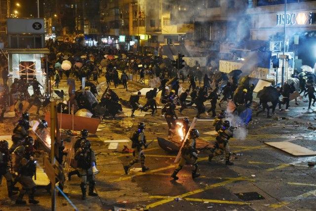 Hongkong: Spektakularno bekstvo demonstranata koje je policija opsela u kampusu VIDEO