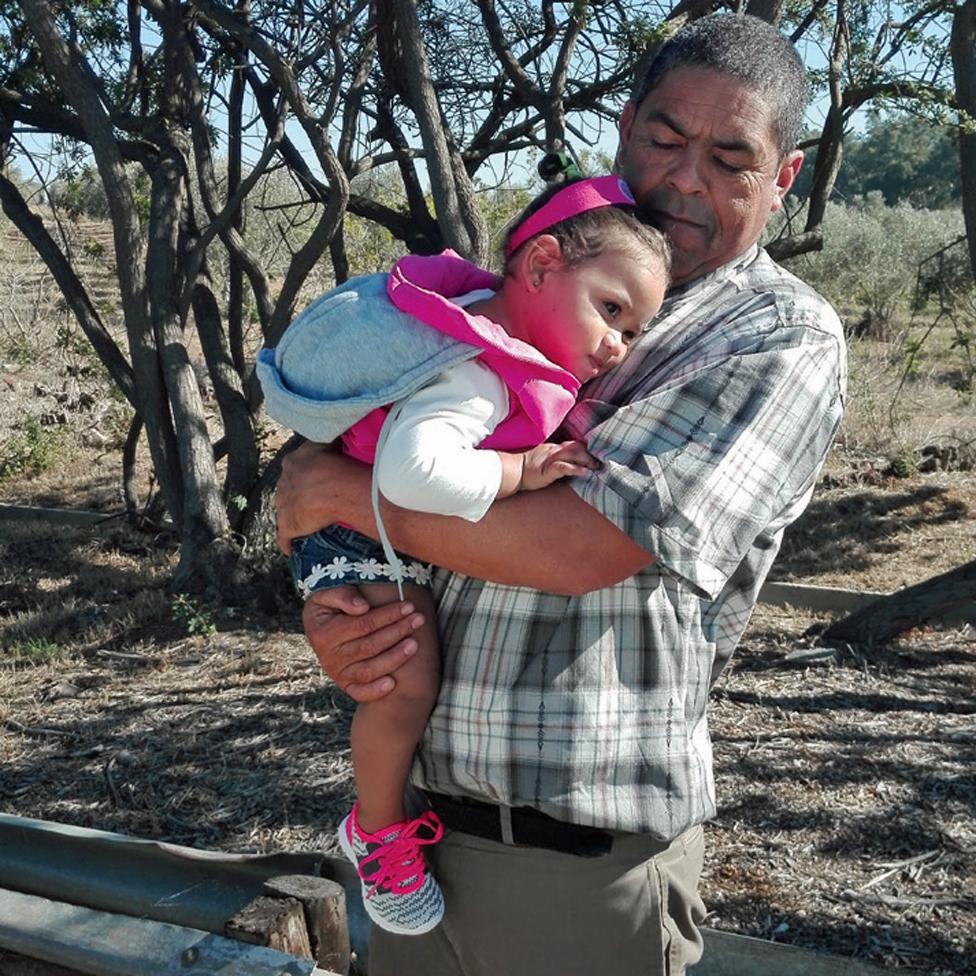 Majkl sa Mišeinom ćerkicom na putu do Lavone u zatvoru/BBC