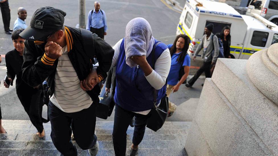 Lavona Solomon (pokrivenog lica) dolazi na suđenje u Visoki sud u Kejptaunu/Getty Images