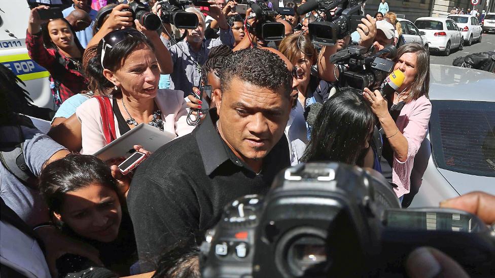 Morn Nurs, Zefanin biološki otac, napušta sud posle izricanja presude/Getty Images