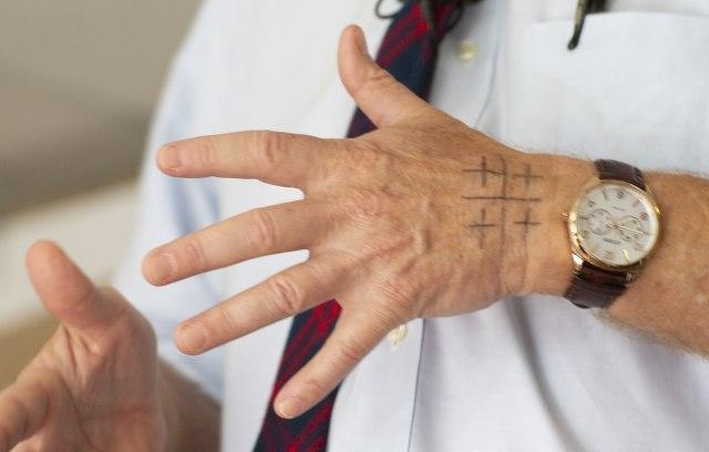 Šta znači zagonetni simbol na ruci predsedničkog kandidata FOTO