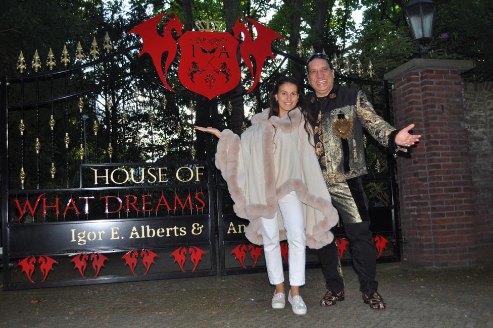 Igor Alberts i Andrea Čimbala ispred njihove kuće/BBC