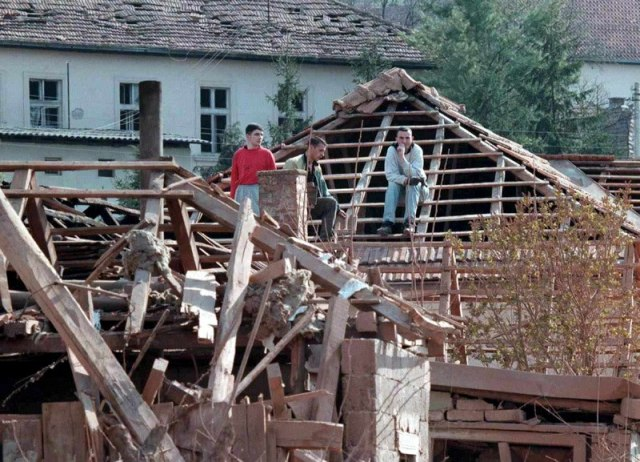 Uništena kuća u Čačku. 5. april, 1999. Foto: EPA PHOTO/DMITRI KHRUPOV
