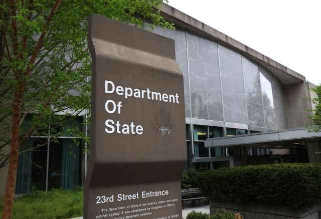 Zvaničnik Stejt departmenta preminuo od koronavirusa