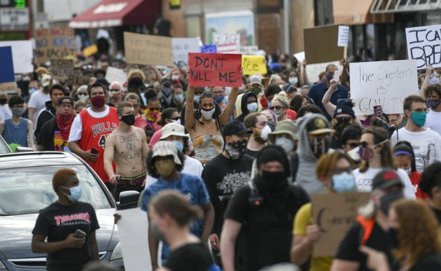 Sukobi na ulicama SAD zbog smrti Afroamerikanca kojem je policajac ...