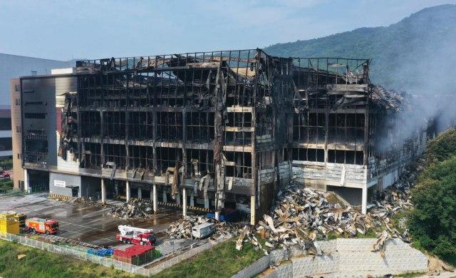 Veliki požar u skladištu firme - poginuo vatrogasac FOTO