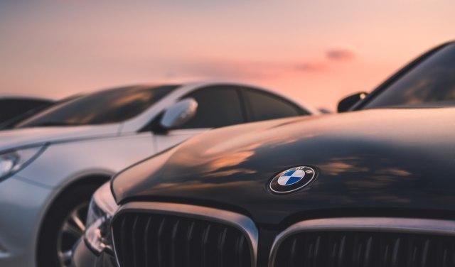 Gotovo novi, a odbačeni: 3.000 BMW i Mini automobila trune u Kanadi VIDEO