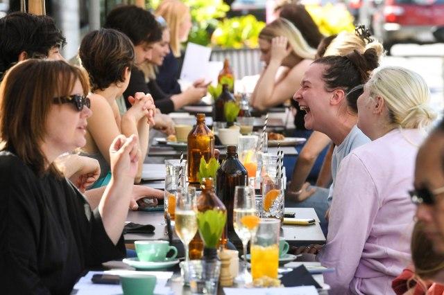 Kraj najdužeg zaključavanja; Masovno okupljanje ljudi; otvoreni barovi, restorani FOTO